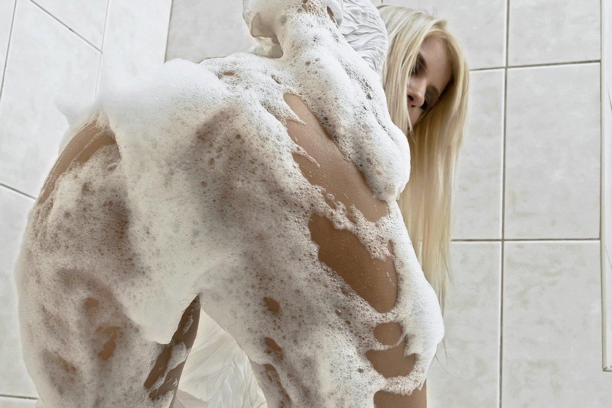 Модель со свелыми волосами в мыльной пене секс фото