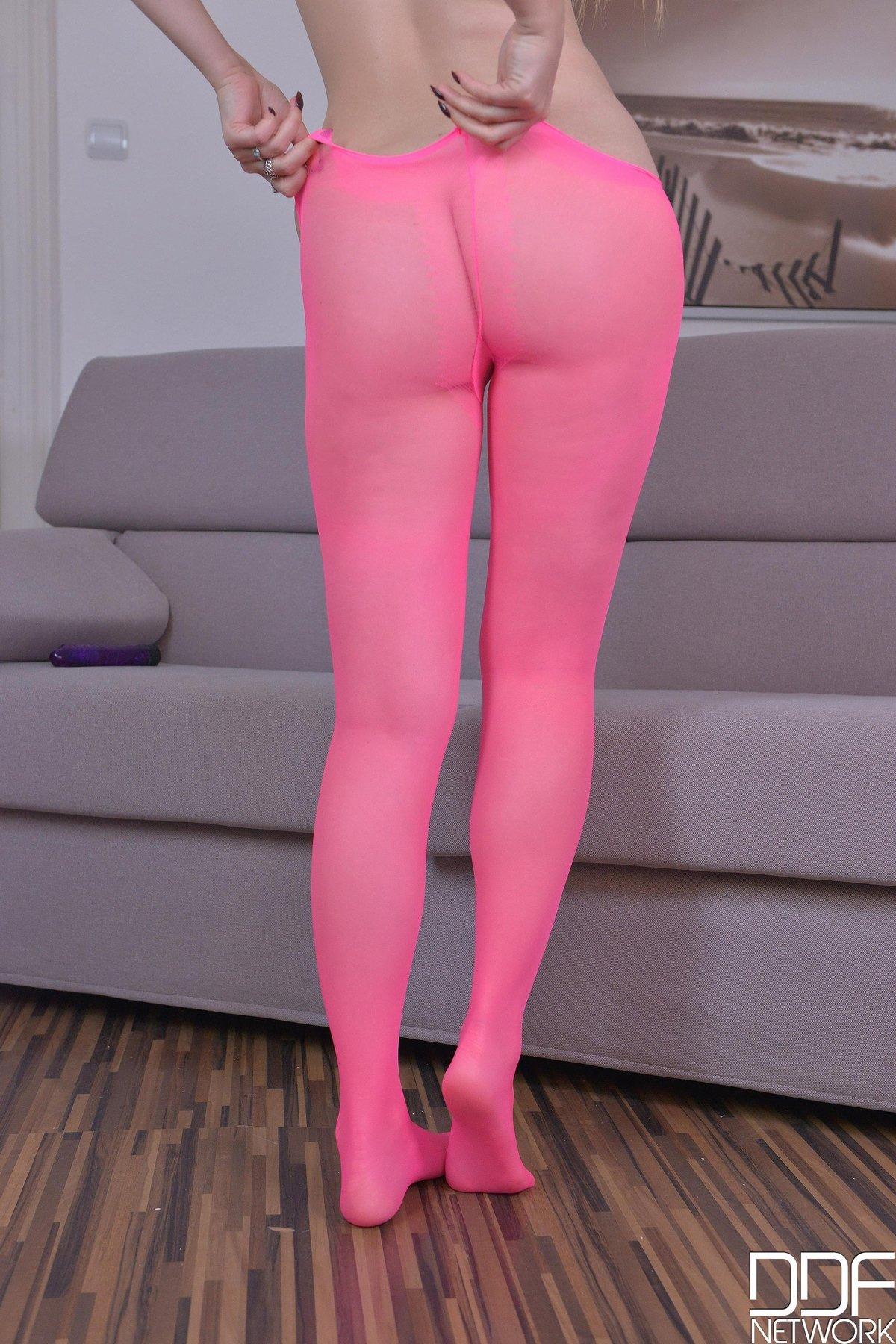 Супермодель в розовых колготках на голые сиськи