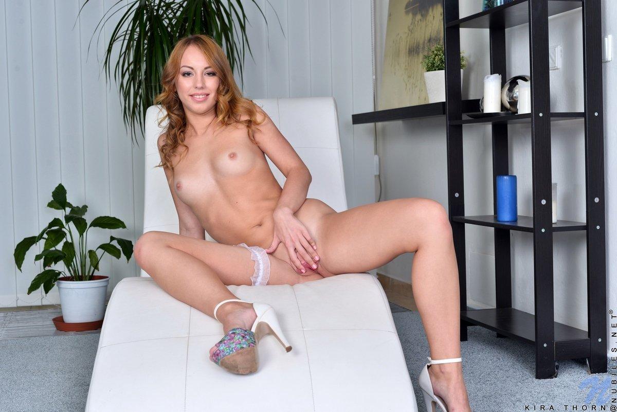Рыжеволосая няшка в белых кружевных бикини секс фото