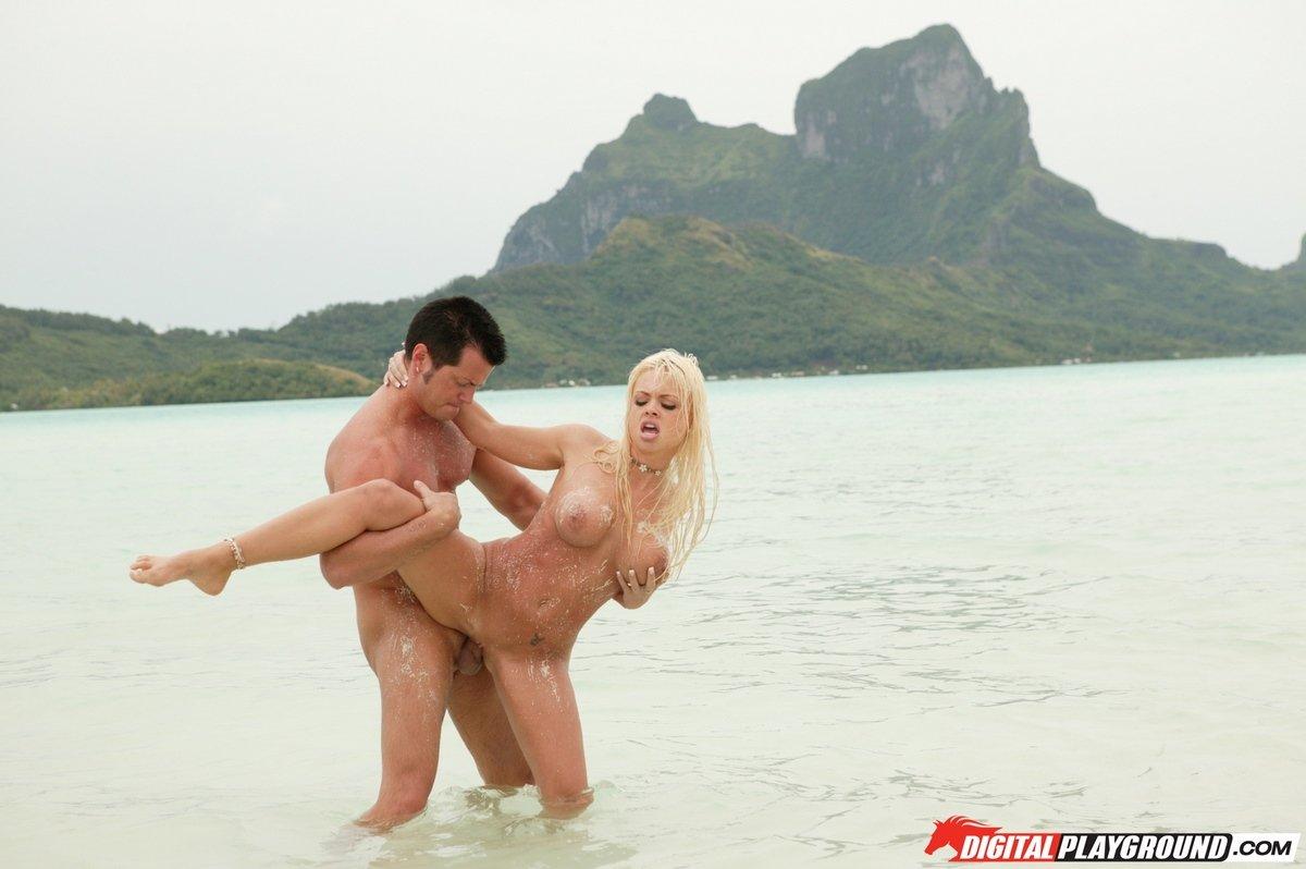 Интим фото порева с блондиночкой в океане секс фото