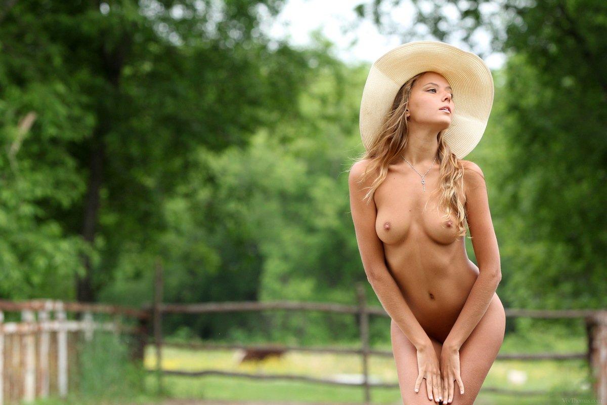 Красивая нагая блондинка в шляпе
