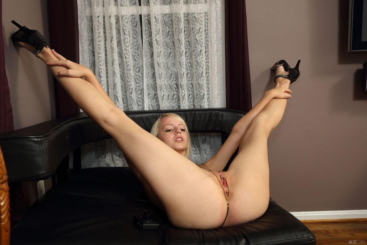 Молодая девушка делает селфи интимных мест