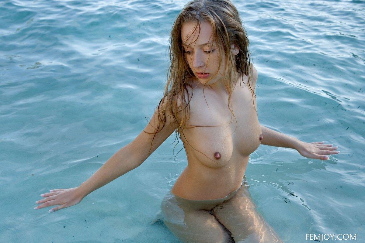 Милое тело блондинки в море