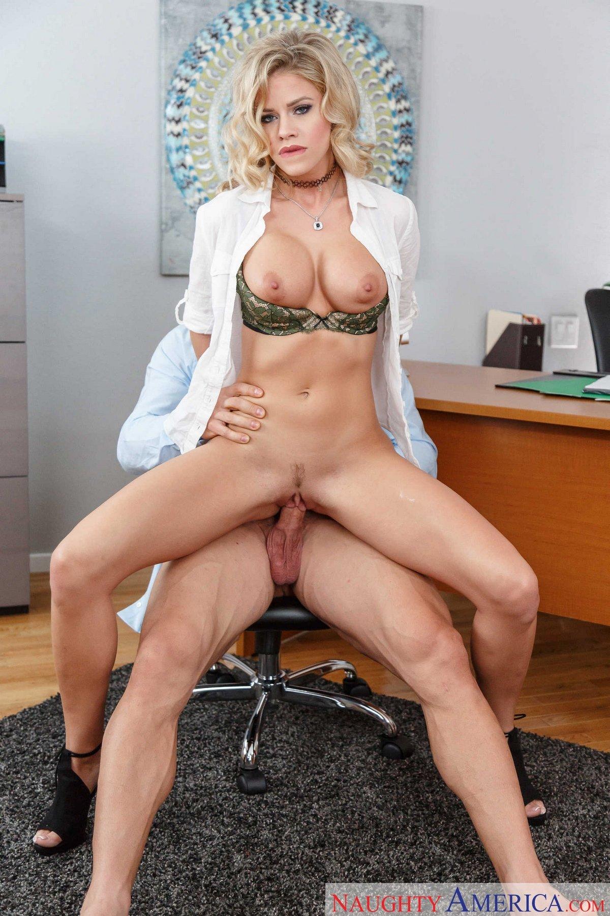 Красивая светлая порноактриса трахается в офисе секс фото