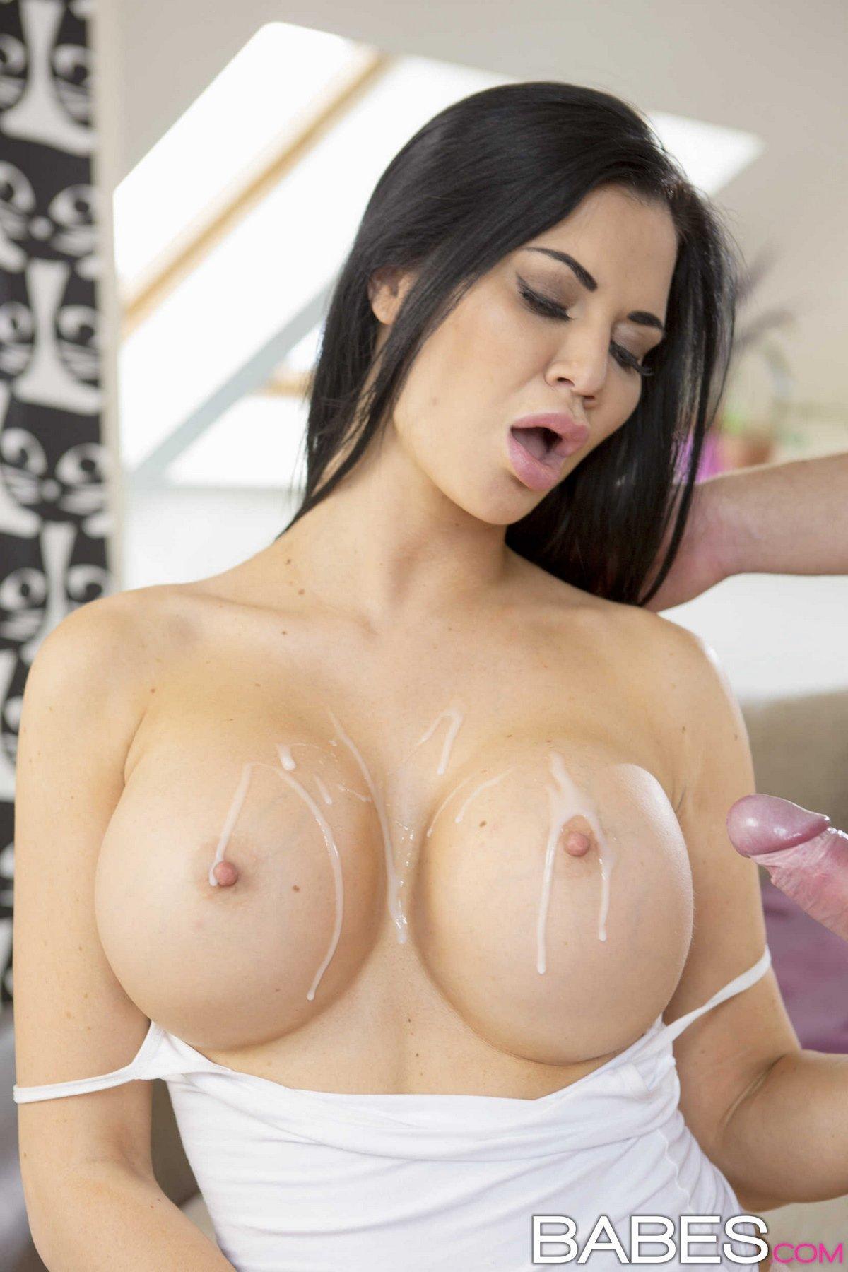 Секс брюнеточки с огромной силиконовыми буферами