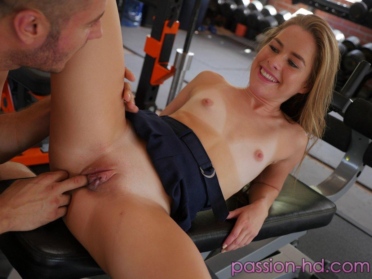 Девушку в тренажерном зале занимается сексом с 3 видео