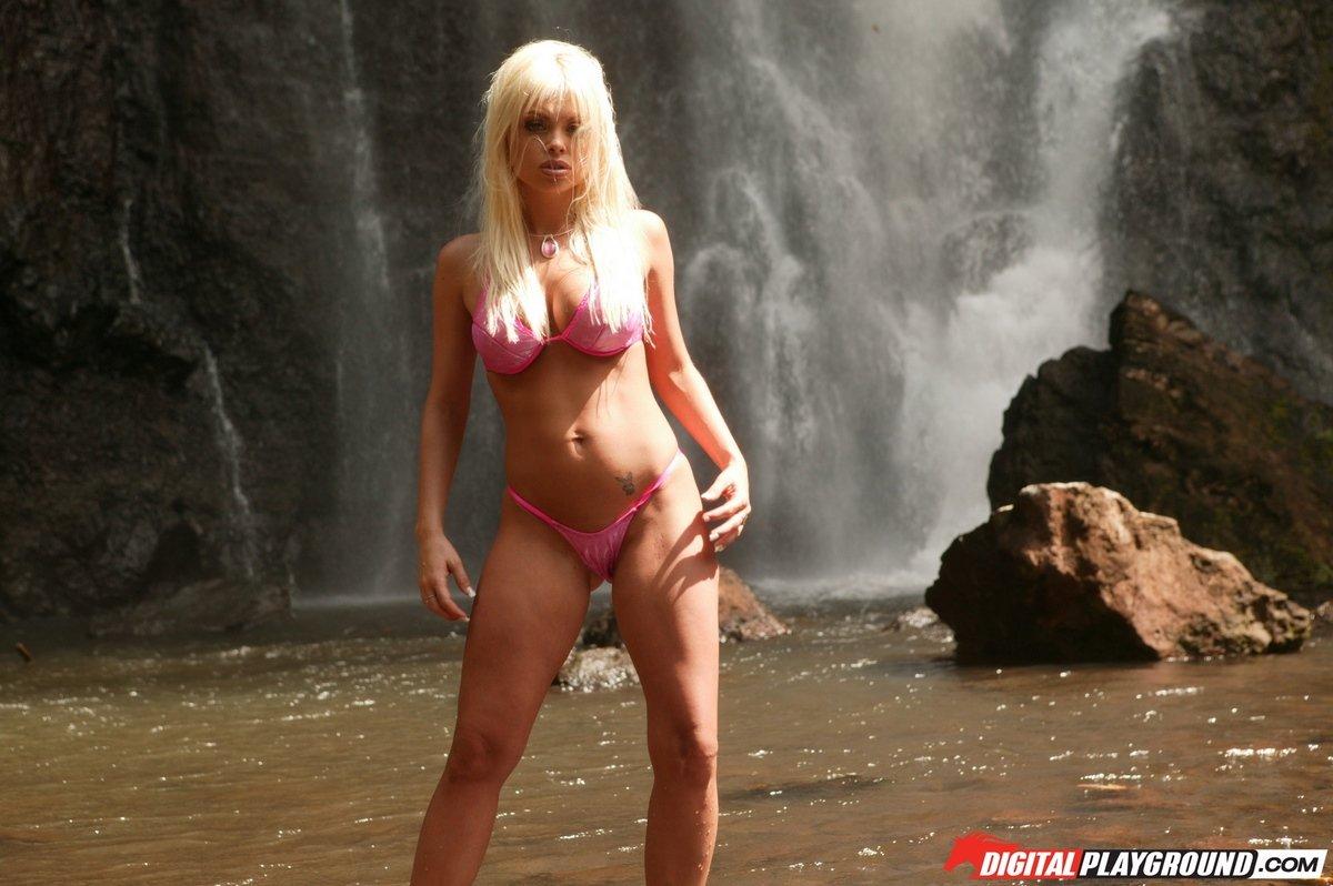 Лучшие фото девушки на природе - блондинка у водопада
