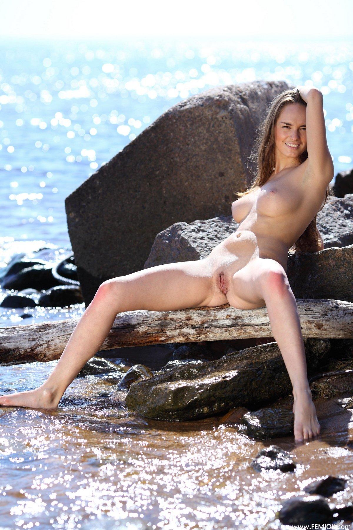 Нагая кобыла с идеальными сисями плещется на море