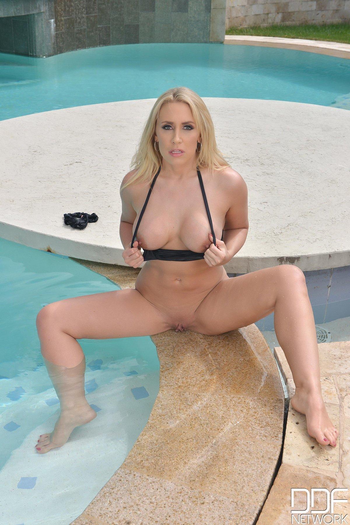 Блонди с горячей фигурой купается в бассейне