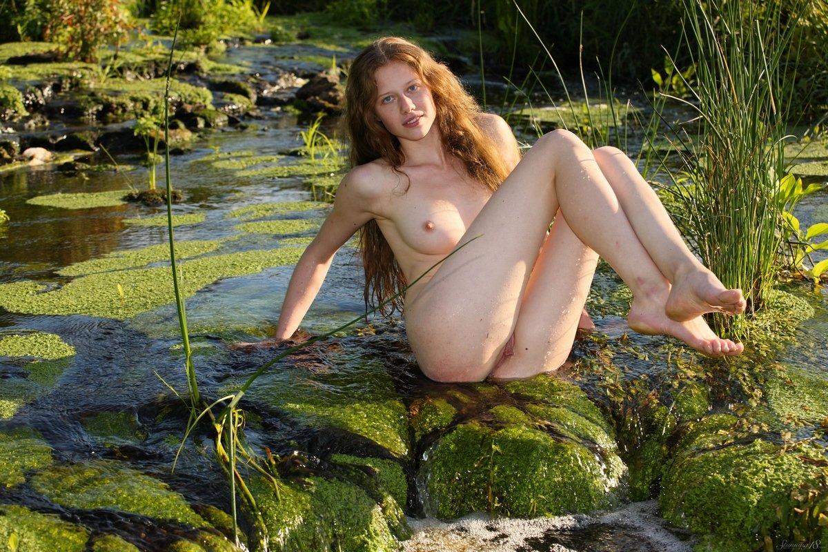 Голая Nicole в реке - секс фото