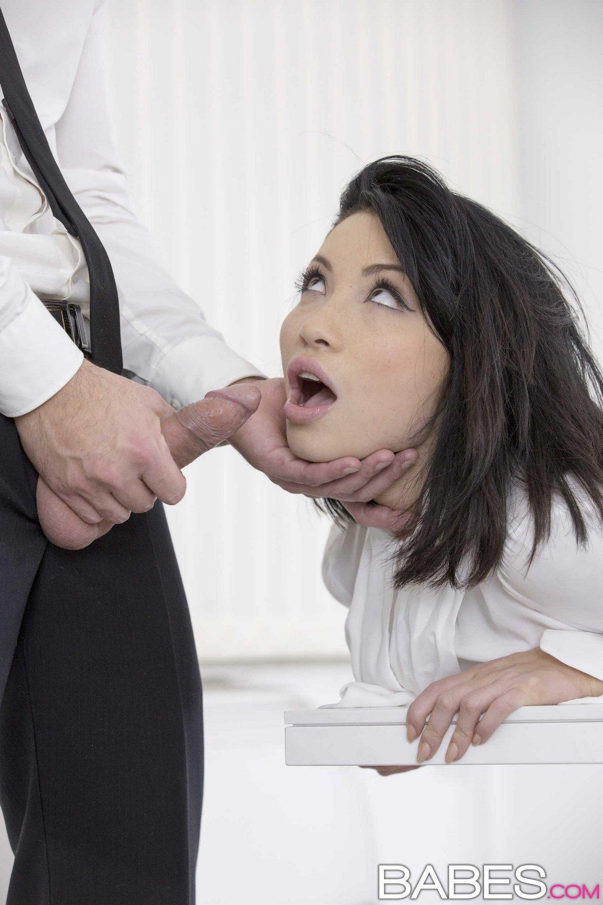 Грубый порево с брюнеткой в офисе