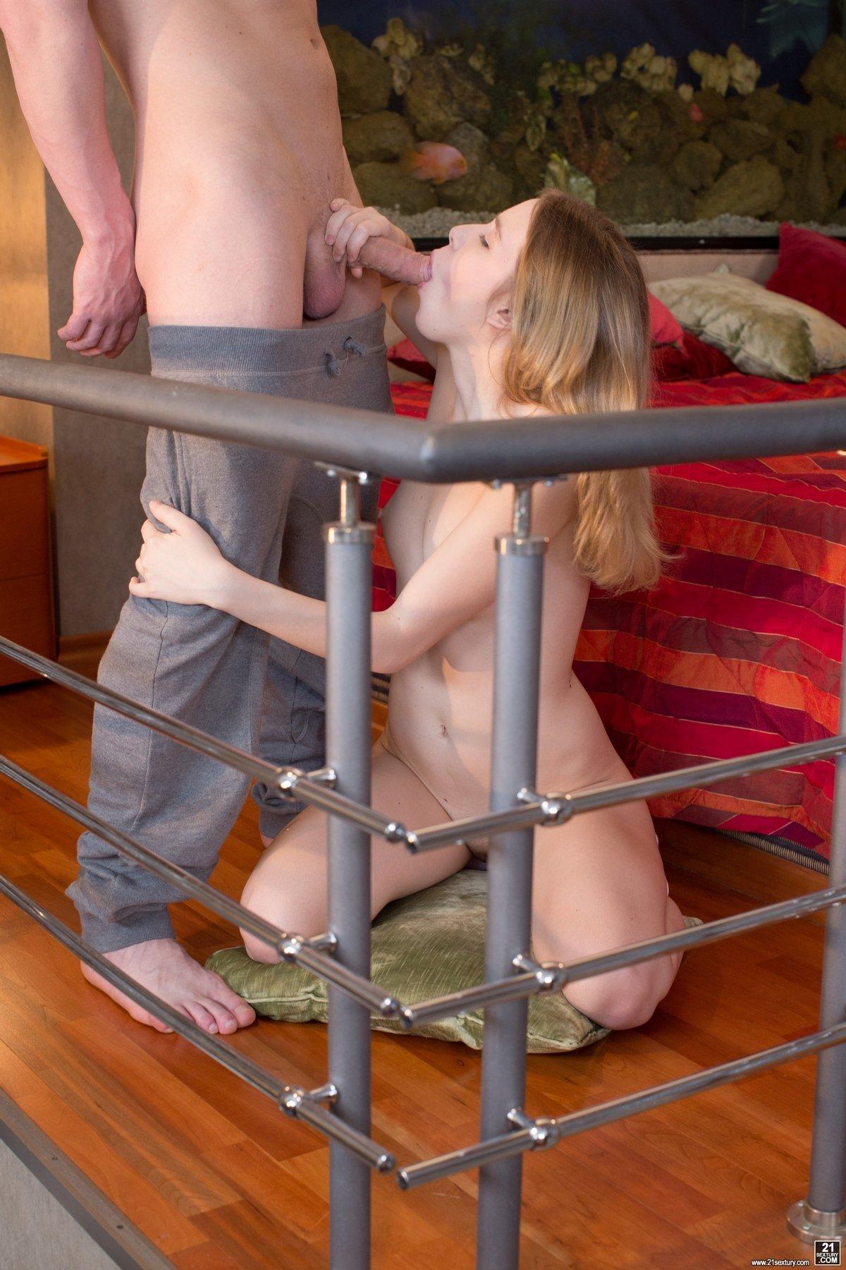 Порно фото девушки в уютной спальне