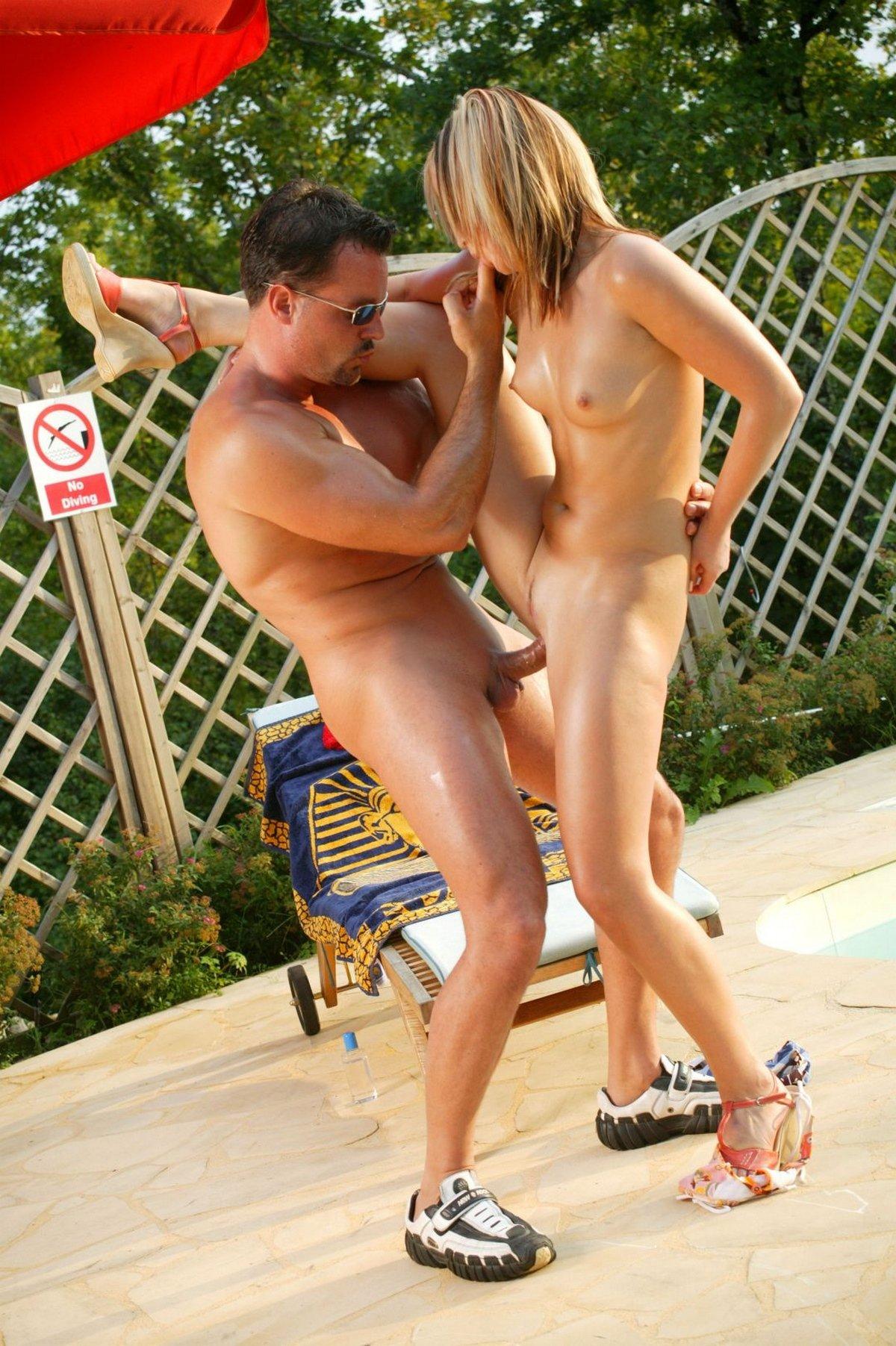 Секс с горячей блондинкой возле бассейна
