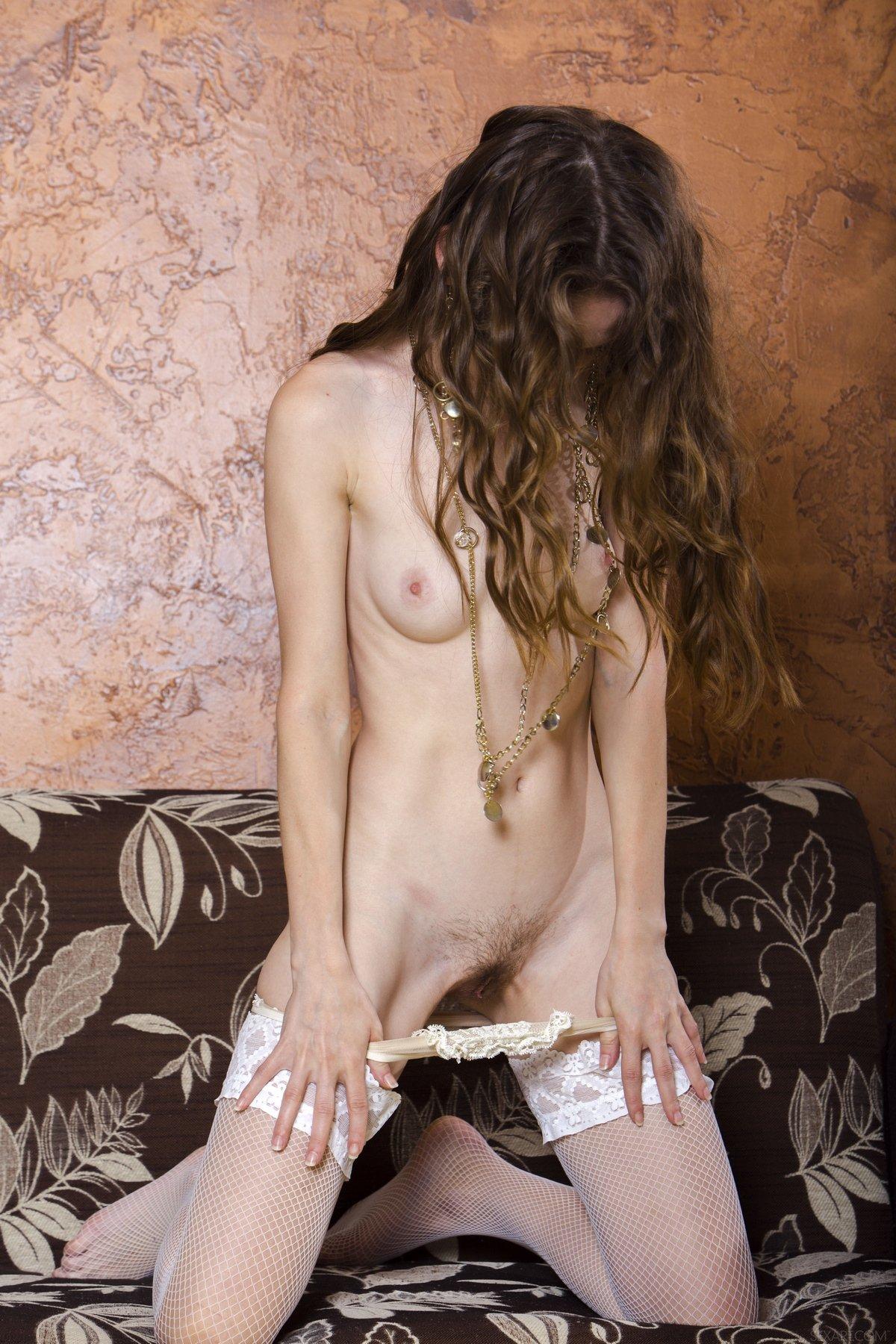 Девушка в белых чулках показала волосатую киску