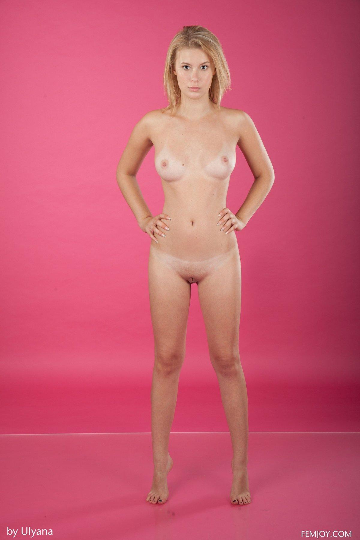 Девушка в фиолетовом нижнем белье фото