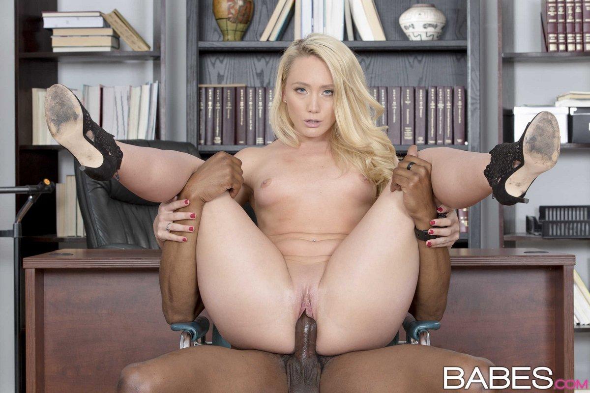 Блондинка трахается с темнокожим парнем в офисе