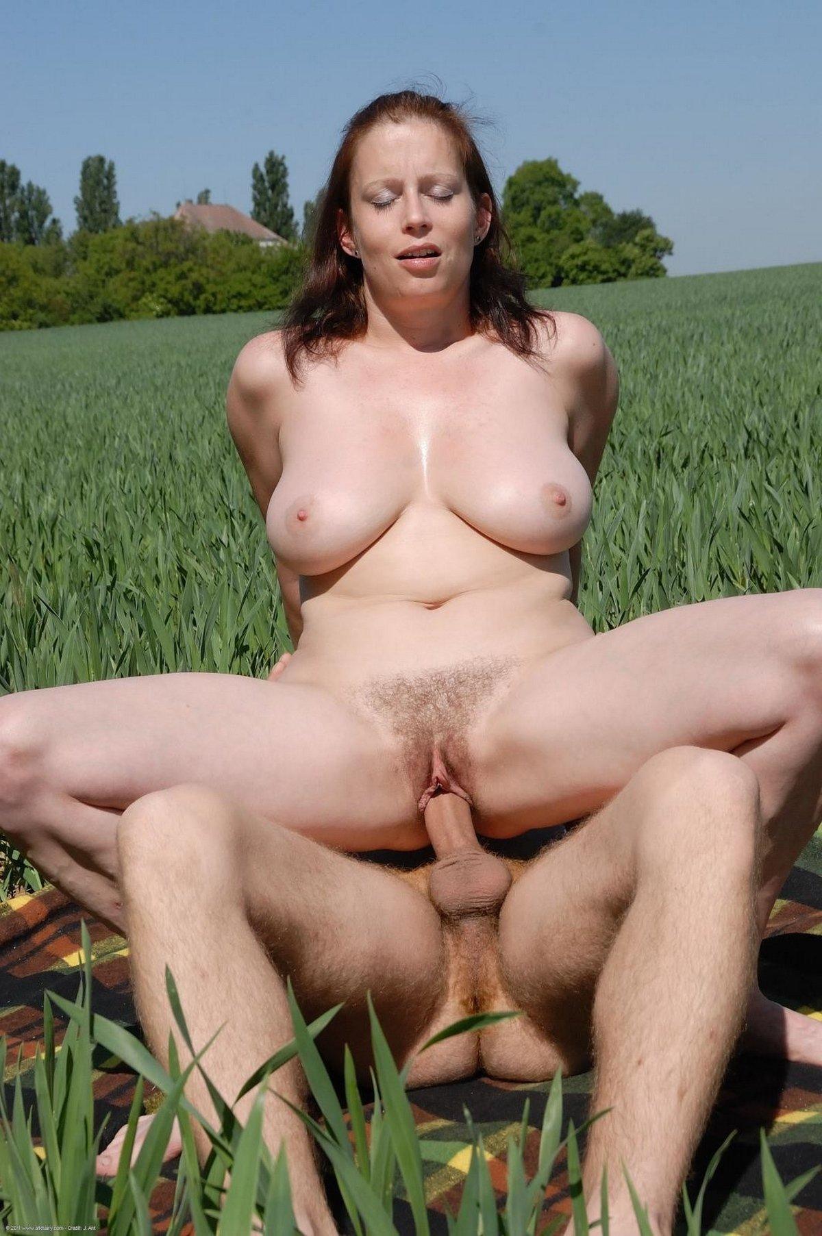 Секс с грудастой женщиной в поле