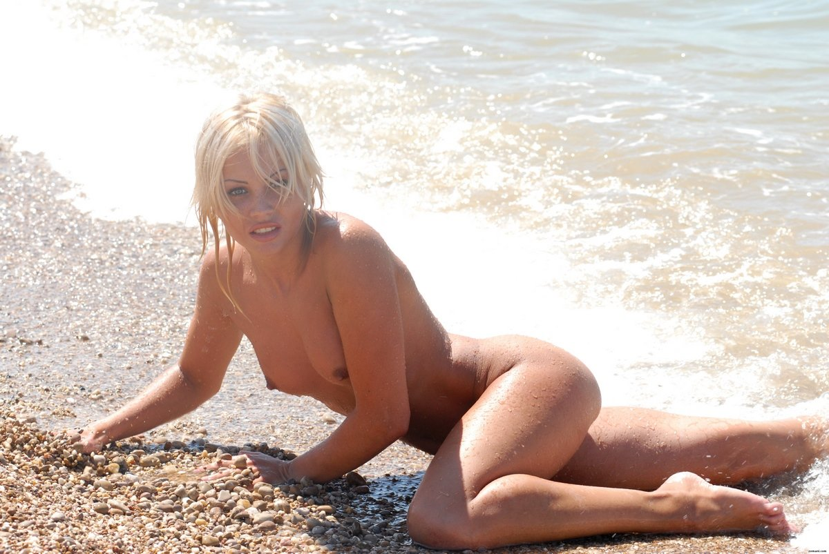 Обнаженная блондинка Jessika голая на пляже