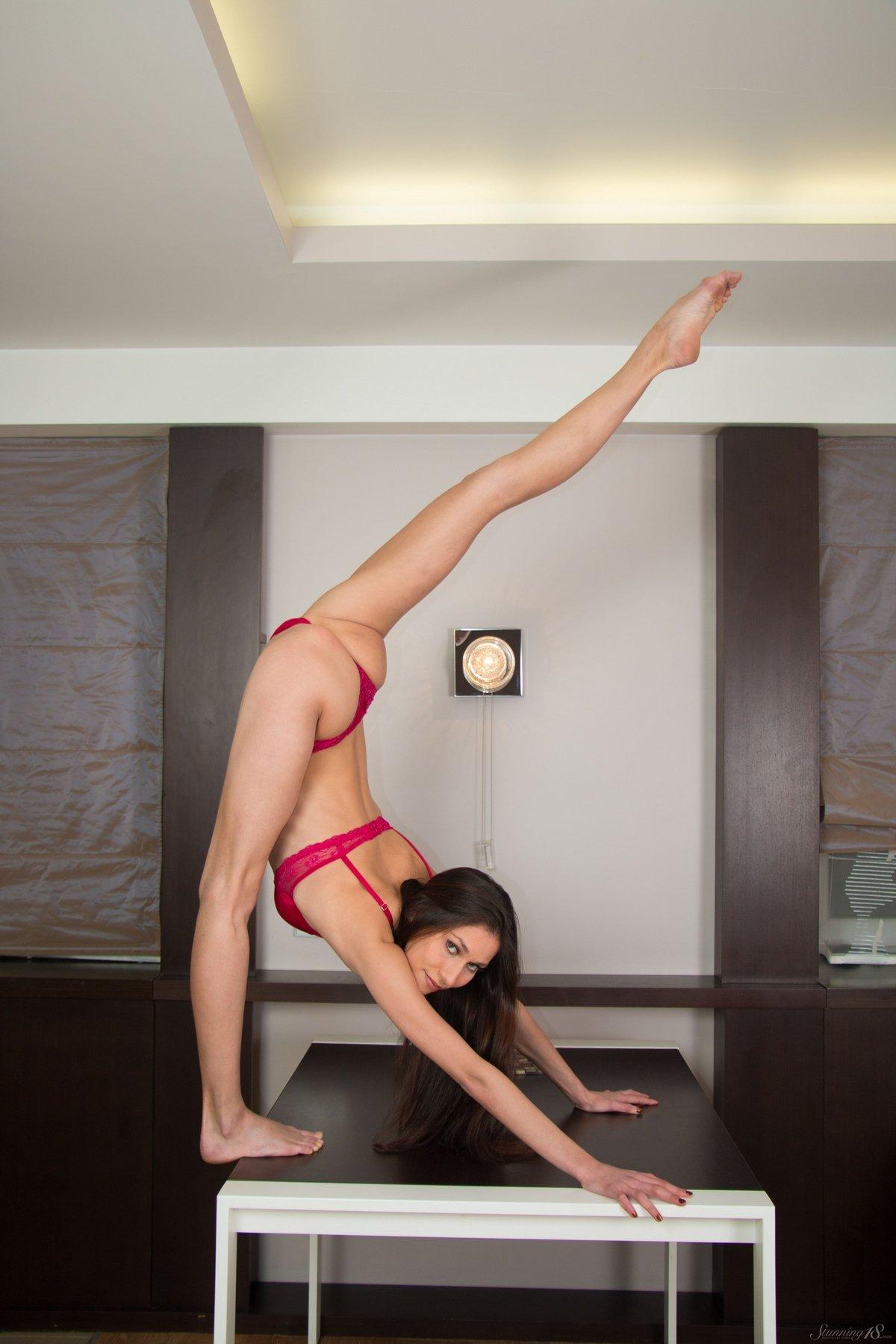 Голая гимнастка показывает свое стройное тело