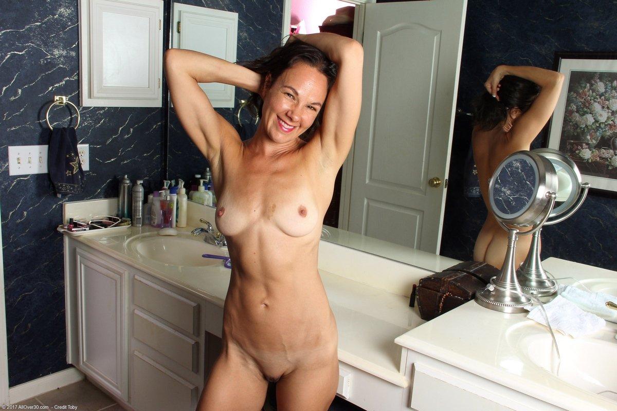 Голая дама перед зеркалом видео