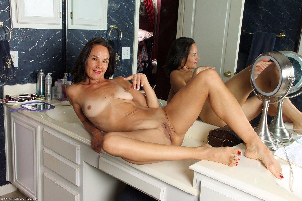 Опытная голая дама перед зеркалом