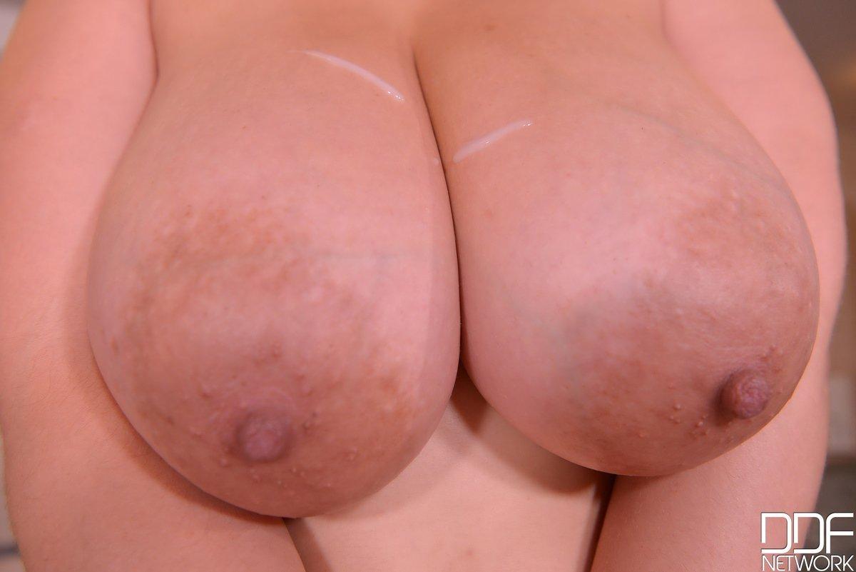 Шатенка с громадными сисями ебется около бассейна секс фото
