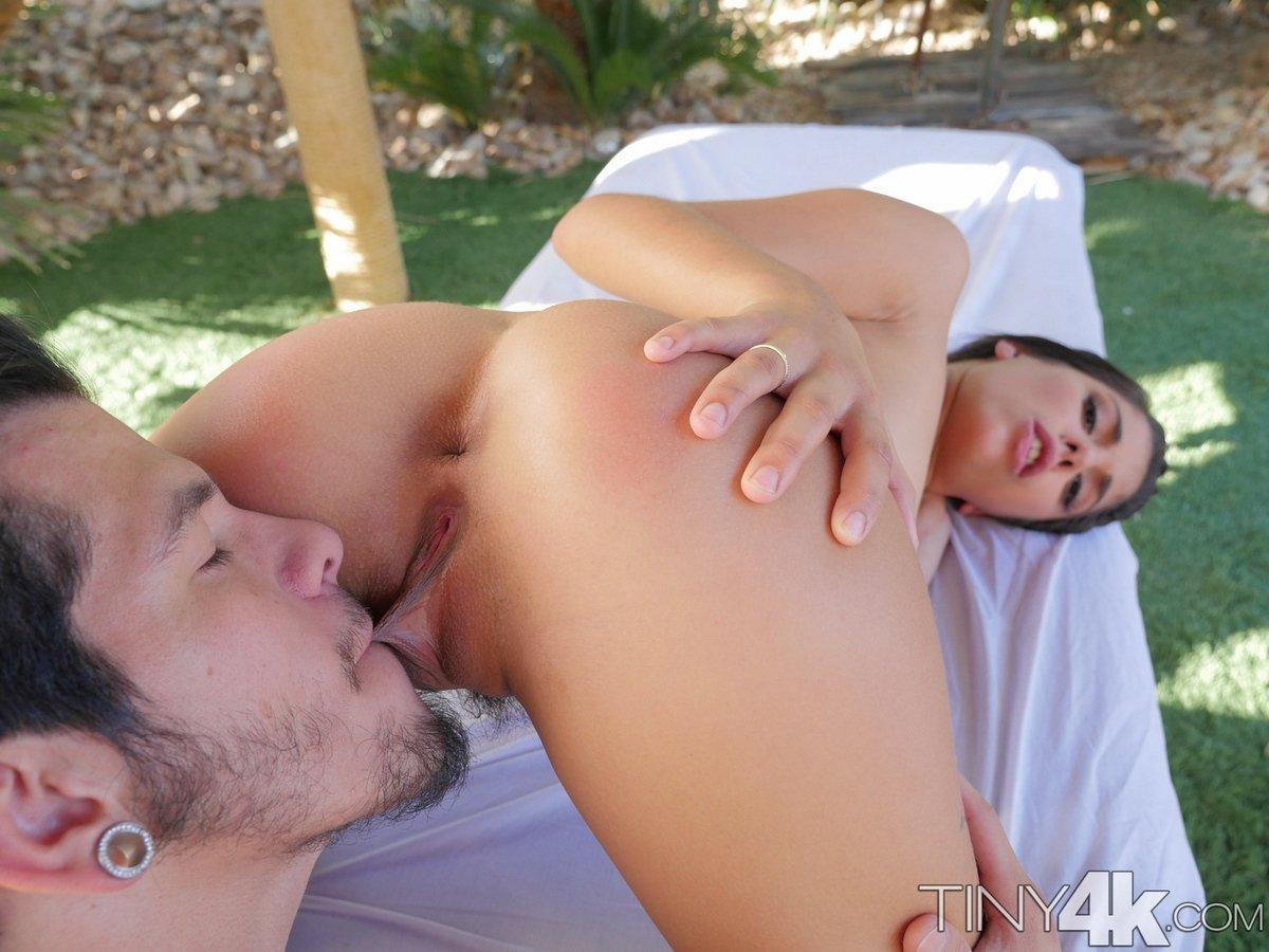 Жаркий секс с молодой девушкой на природе