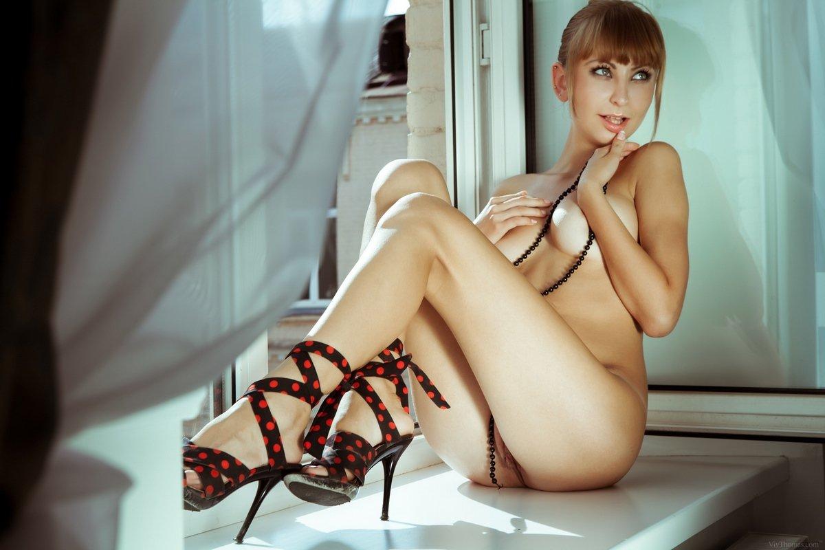 Красивая рыжая модель голая на подоконнике смотреть эротику