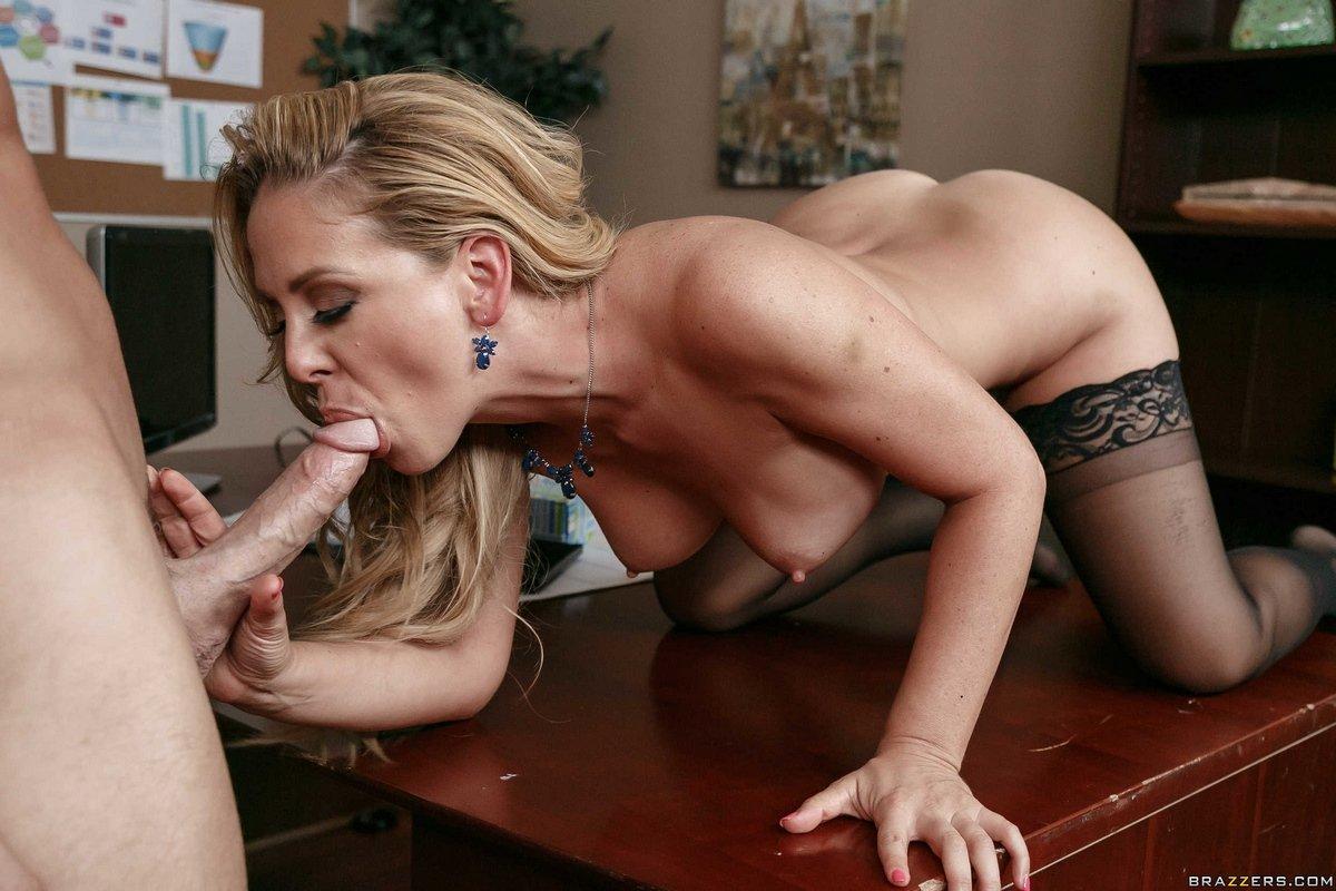 Страстный секс в офисе с женщиной в чулках