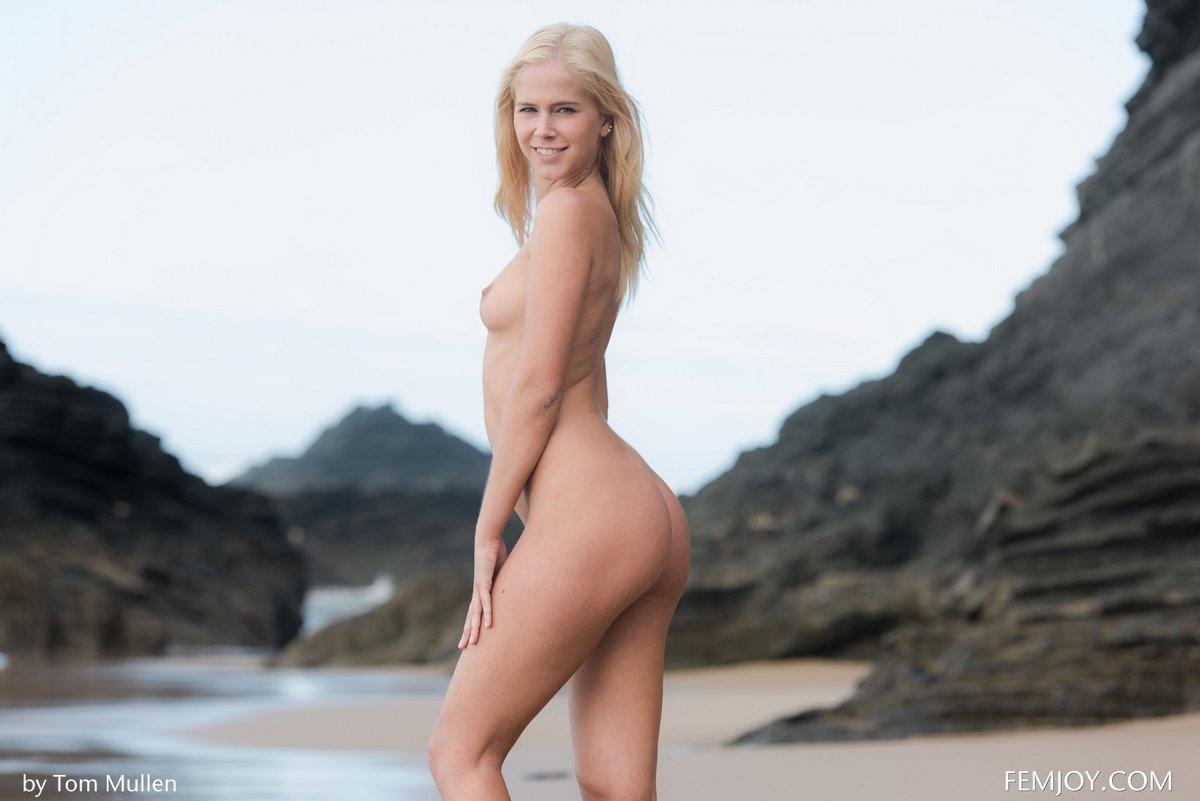 Обнаженная блондинка на диком песке