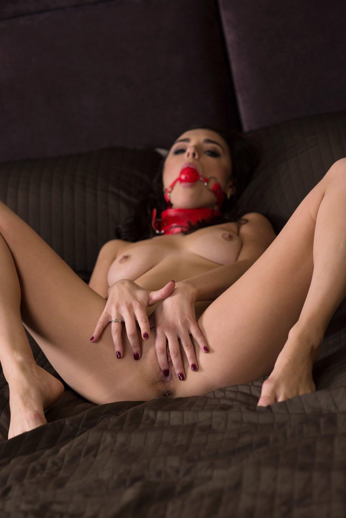 Чувственная порнушка сексапильной брюнетки с кляпом секс фото