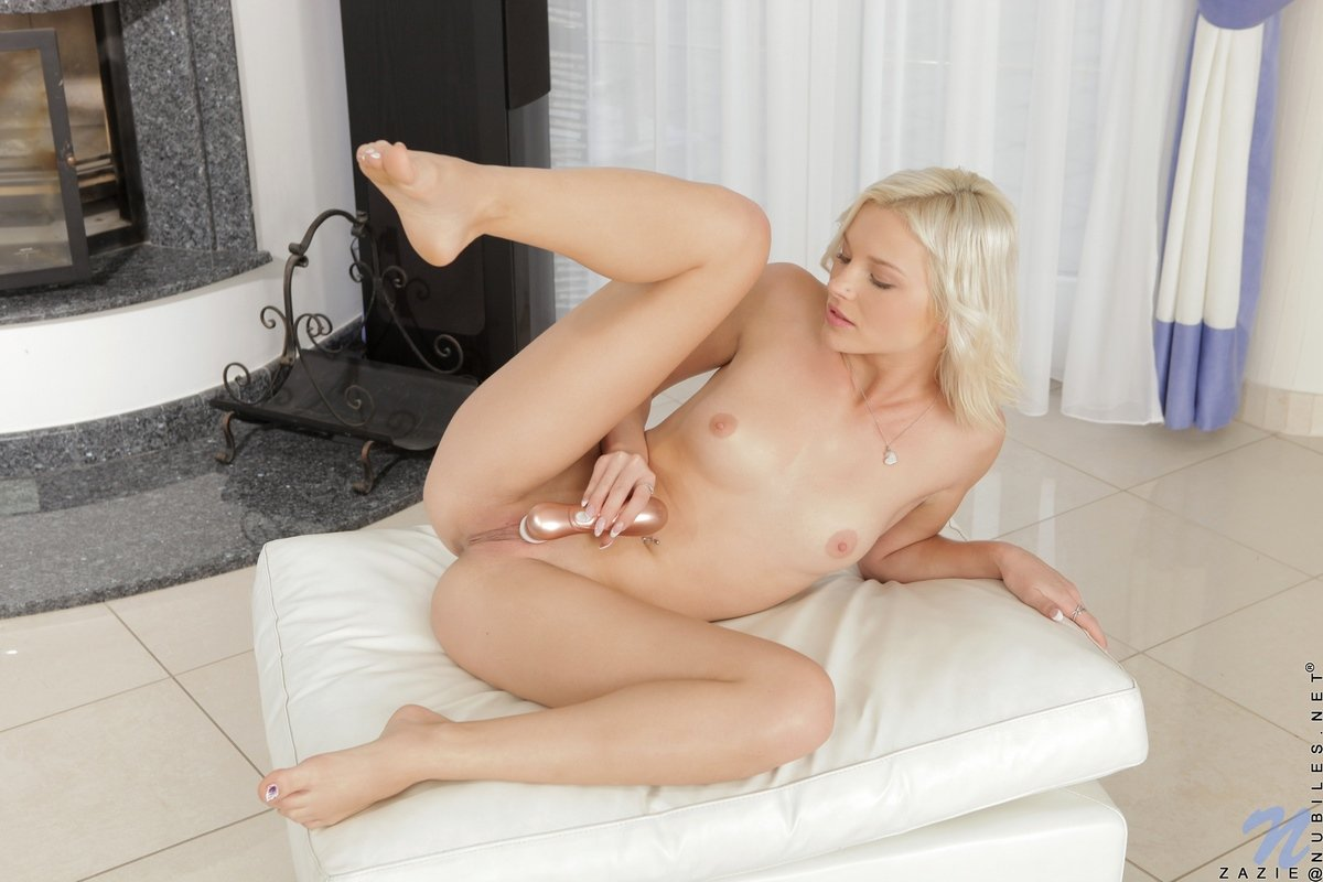 Блондинка доводит себя до оргазма