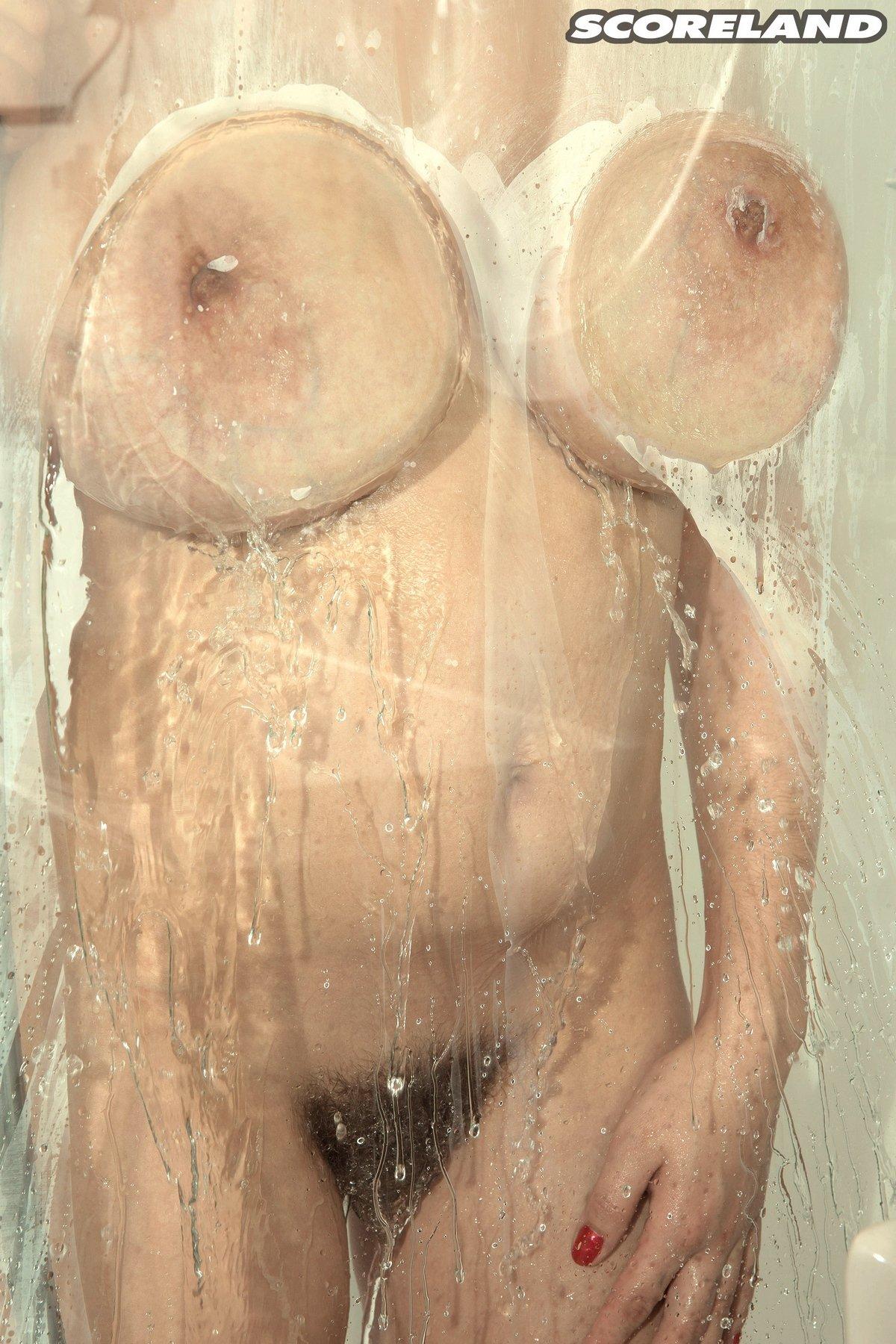 Милашка с пушистой писькой засветила громадные титьки секс фото