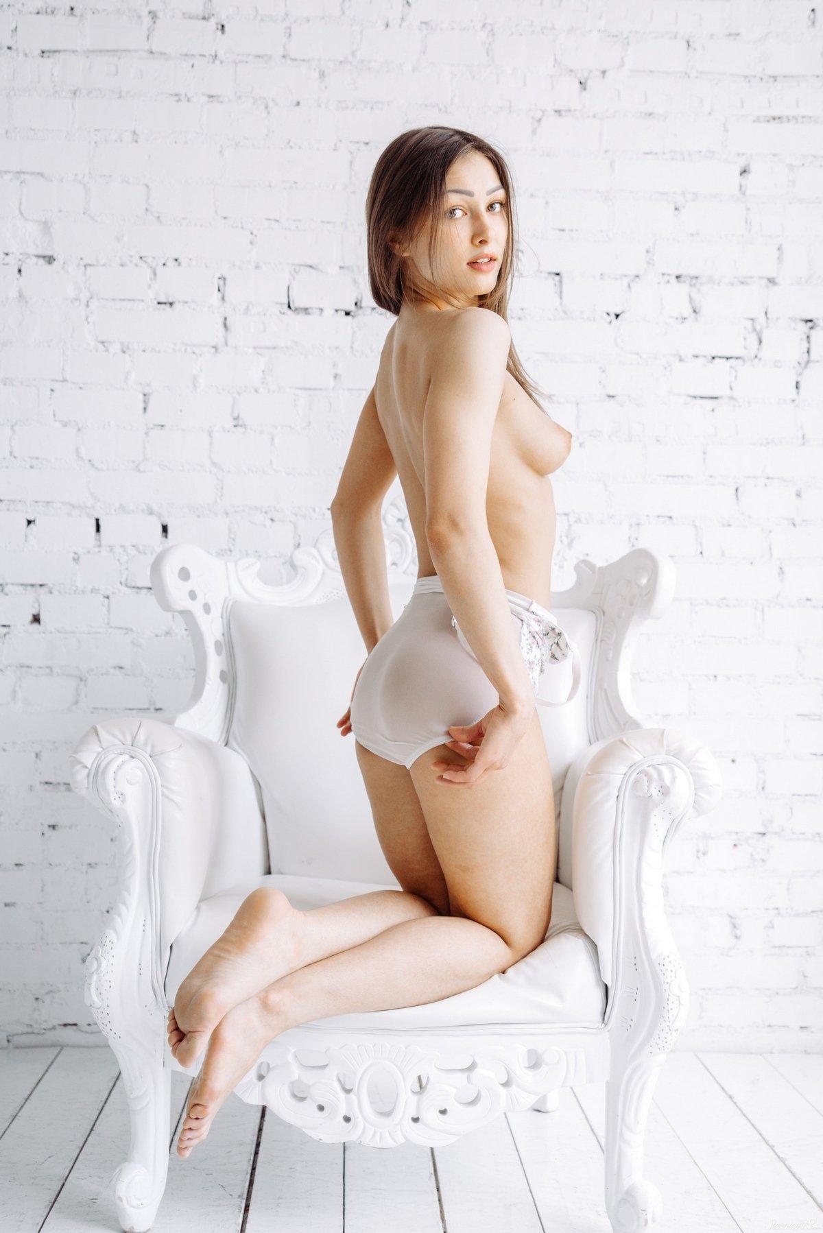 Барышня стягивает белье в кресле