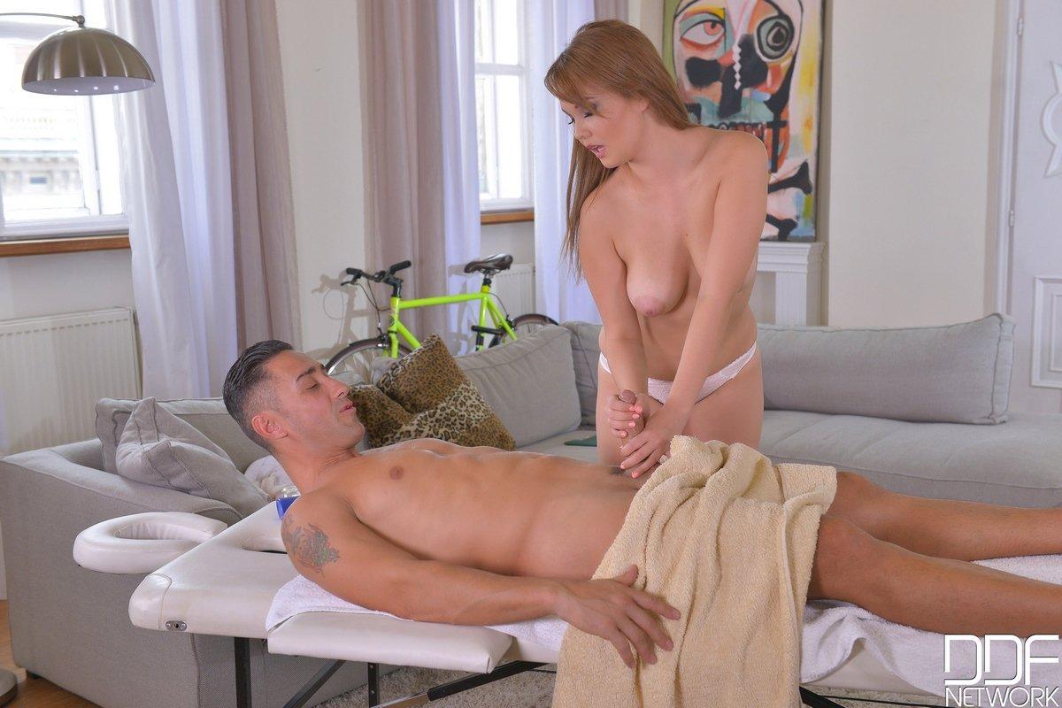 Тёлка делает массаж раздетыми сиськами секс фото