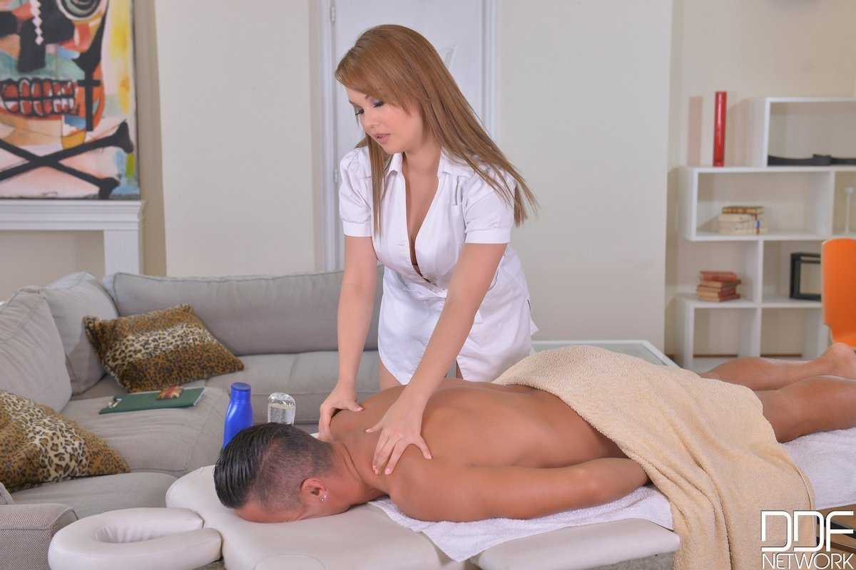 Женщина делает массаж голыми сиськами