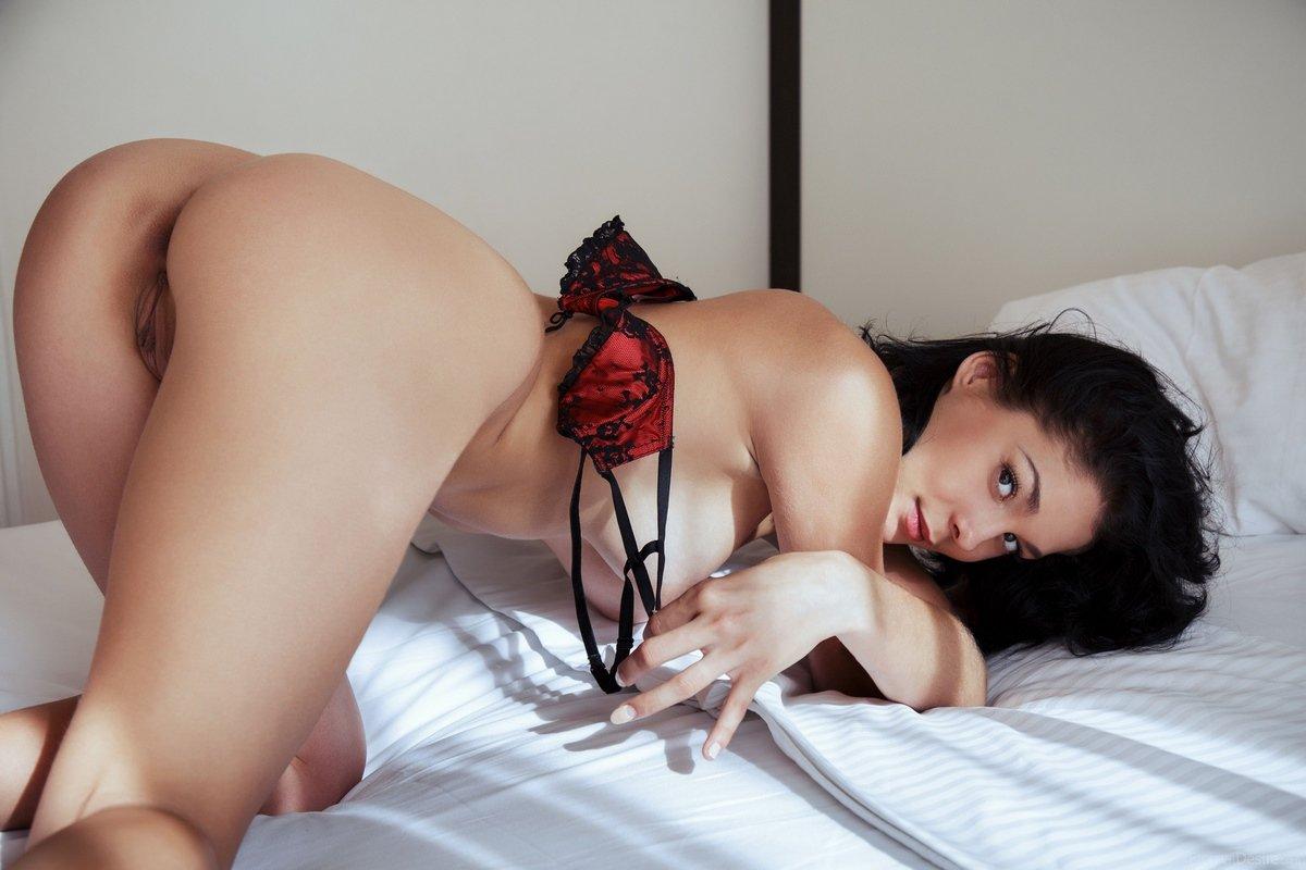 Загоревшая русая порноактрисса с шикарными дойками раздетая на лежанке