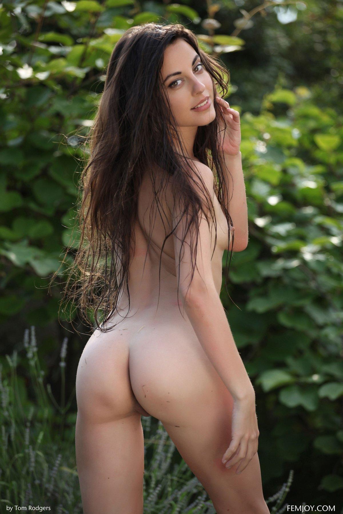 Изумительная брюнетка Lorena плавает в лесу