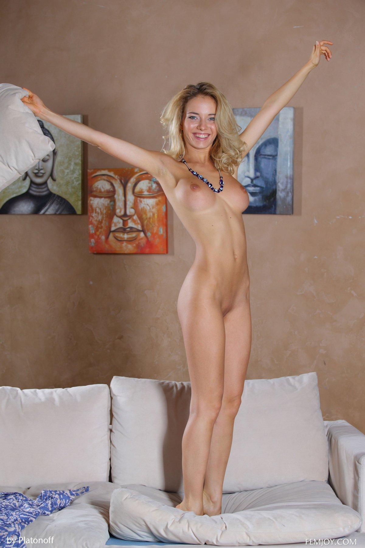 Блондинка Annabell ласкает загорелые груди