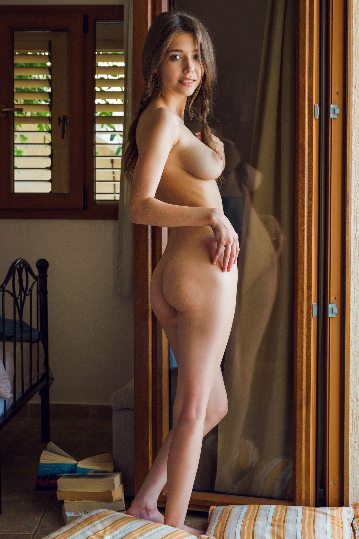 Игривая девка сняла яркое белье секс фото