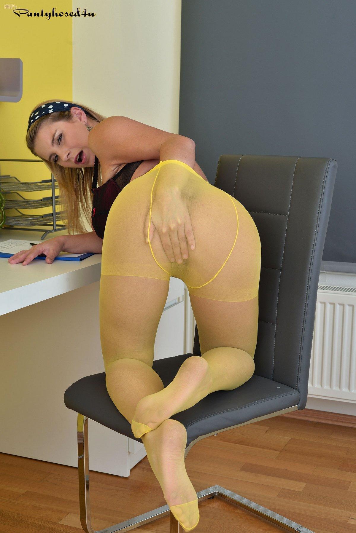 Большегрудая блондинка в колготках на голые сиськи смотреть эротику