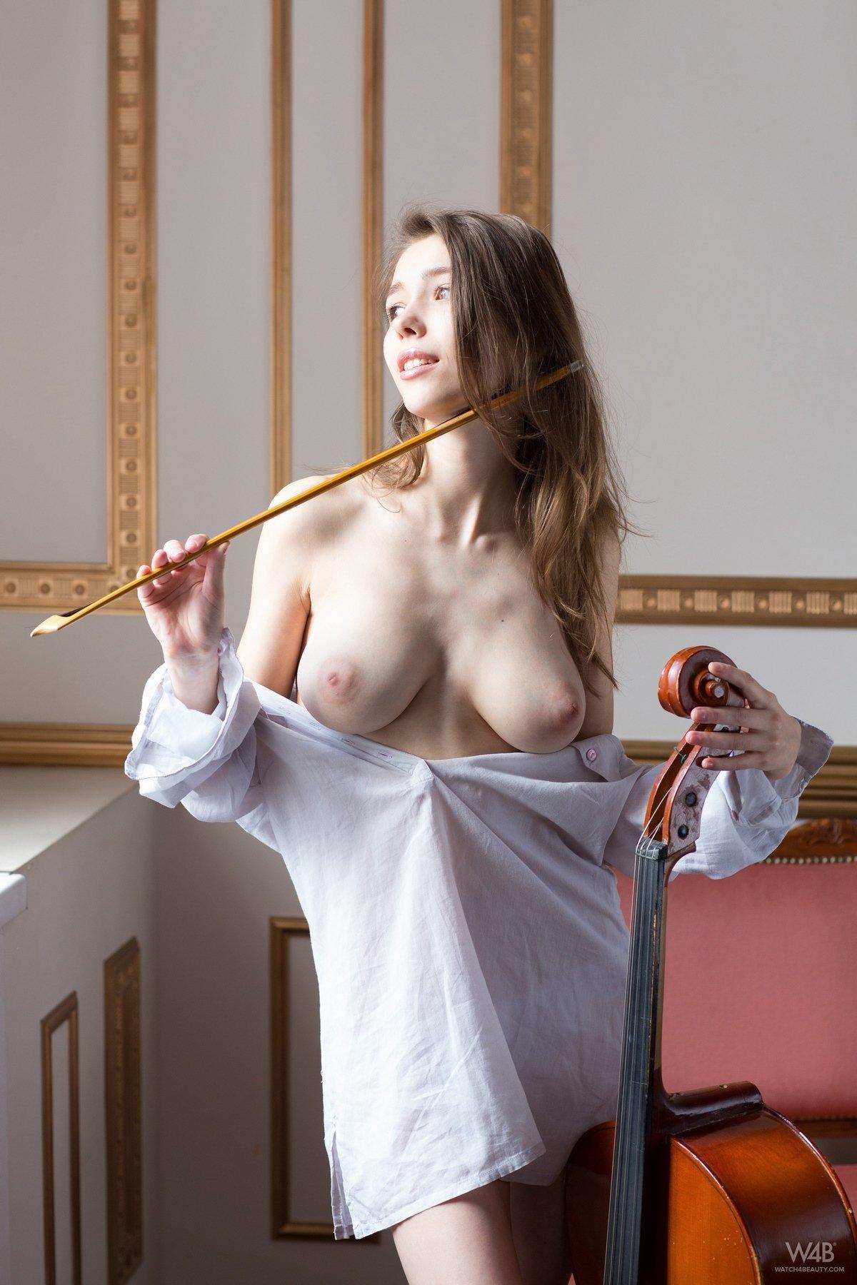 Неимоверная кобыла с виолончелью обнаженная