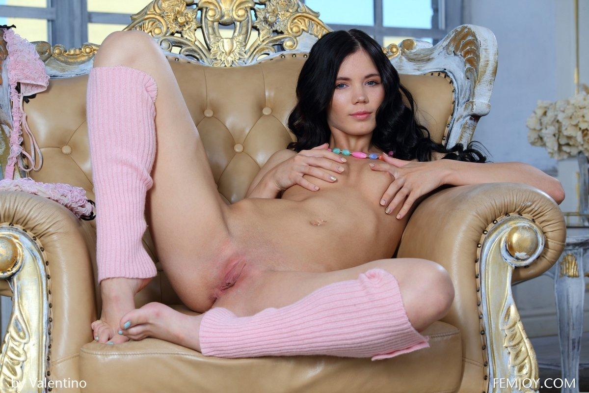 Девушка с черными волосами снимает розовые трусики