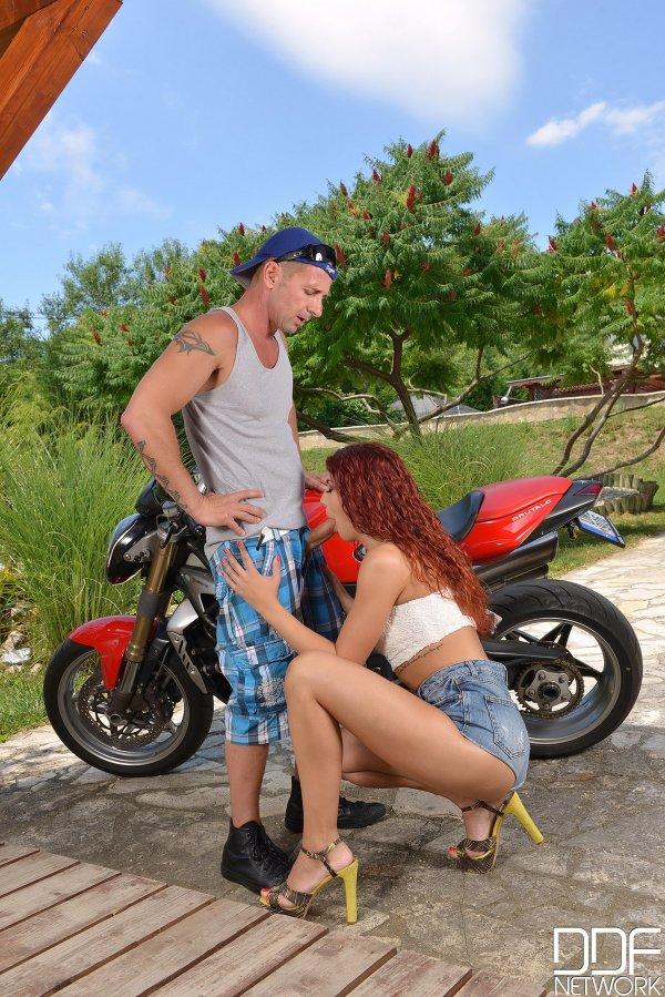 девушки возле мотоцикла фото