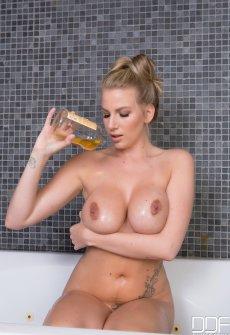 Сиськи большие ванне35