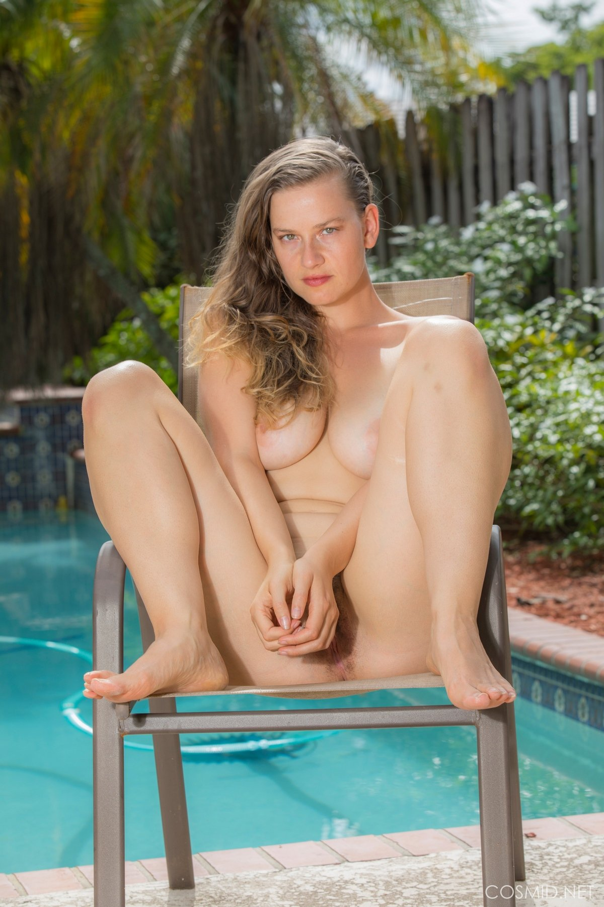 19-летняя девка с большой сракой на фоне бассейна