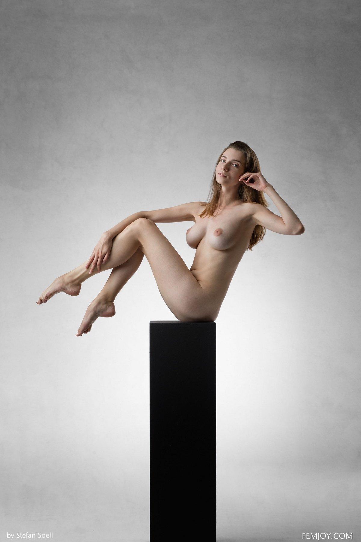 Идеальное голые титьки девки в студии