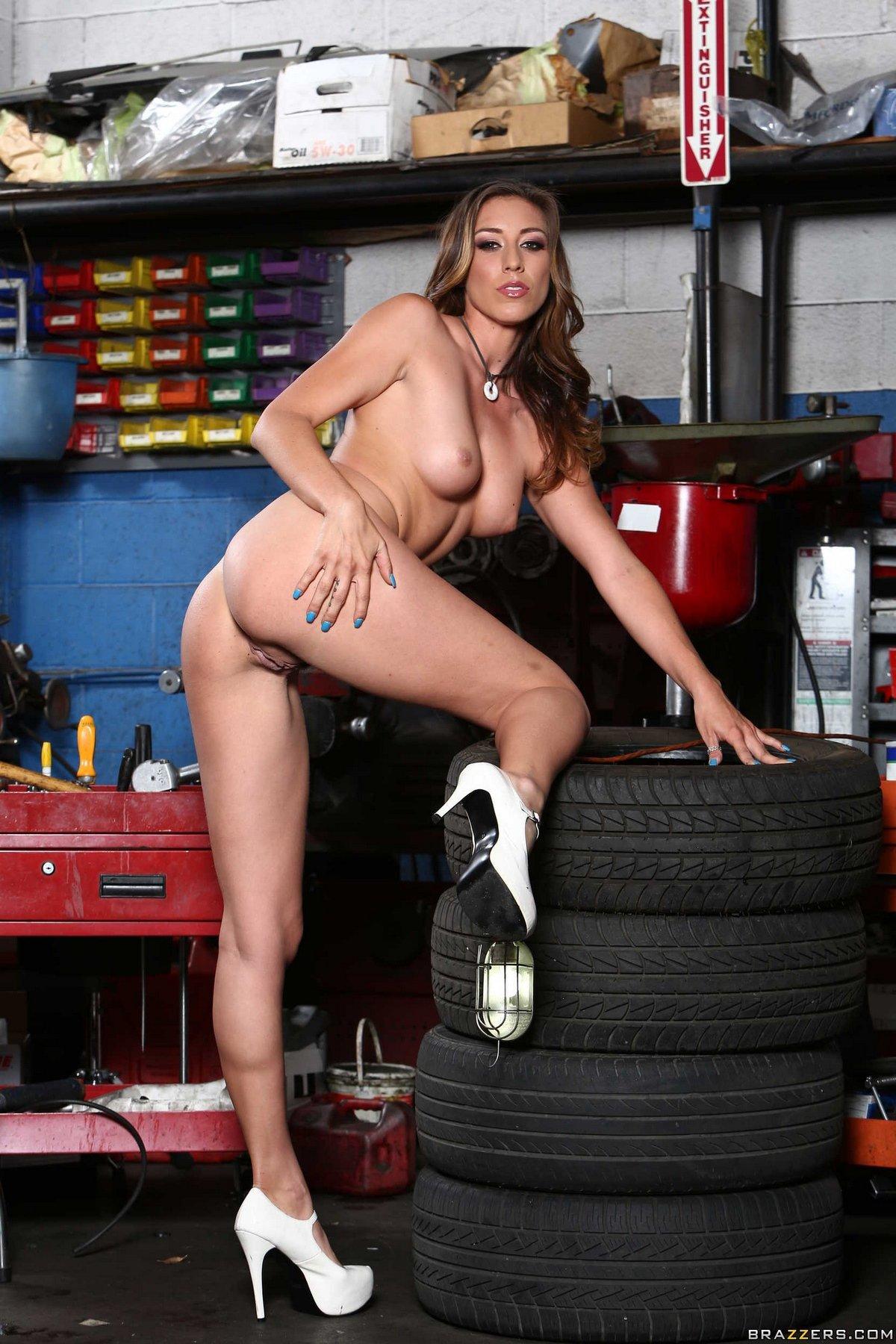Клубничка раздетой Priya Price в гараже