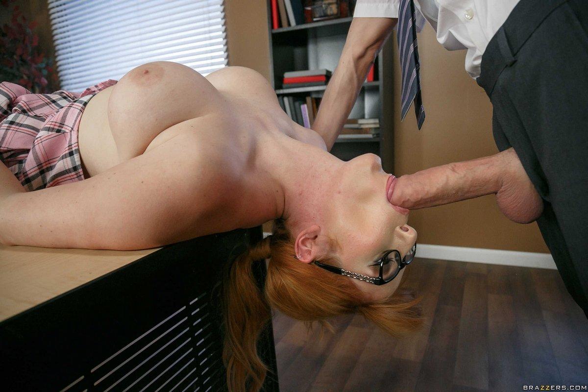 Сисястая рыженькая няшка спаривается в кабинете
