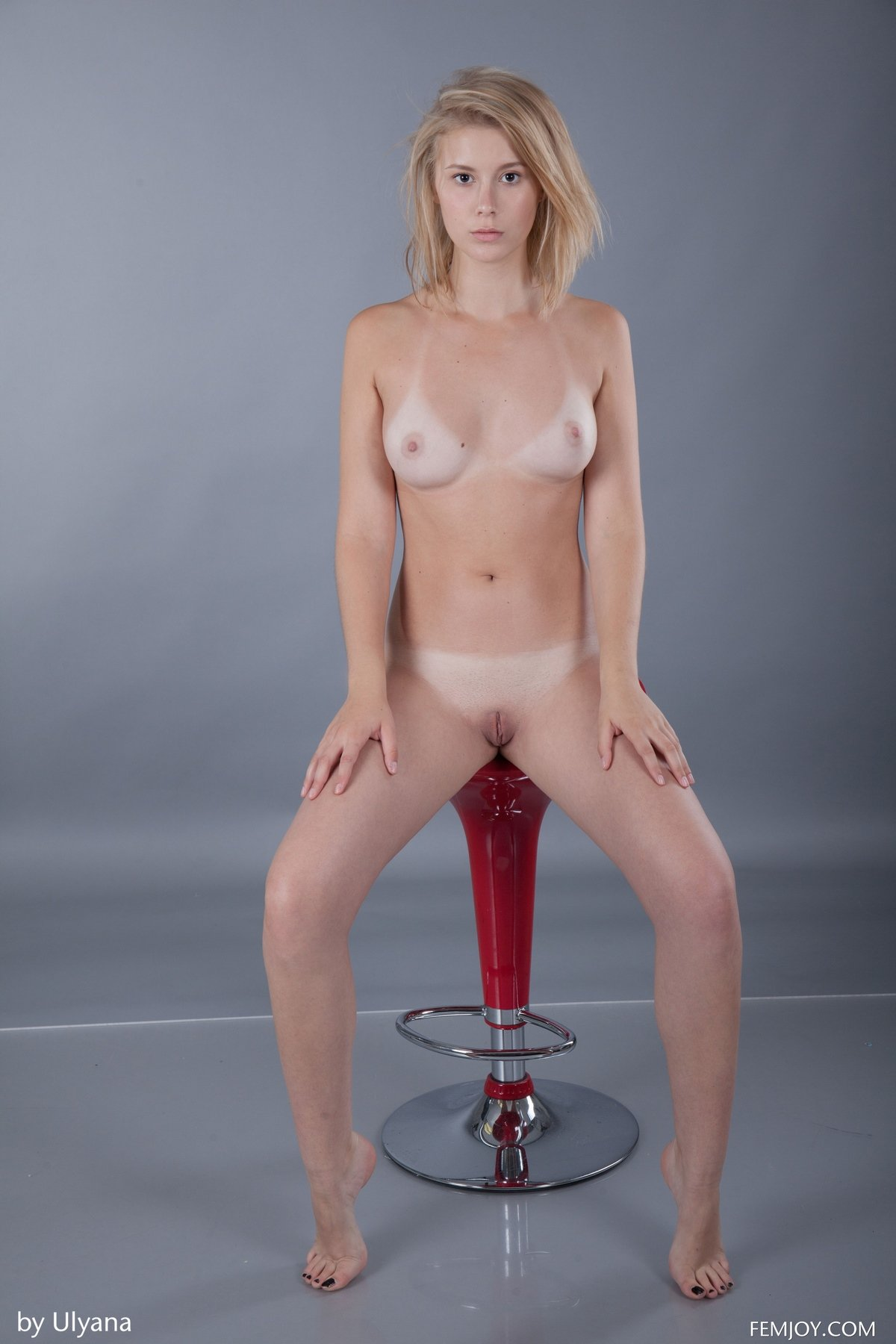 Модель Alisha снимает сарафанчик
